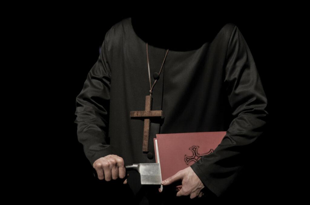 Ein Inquisitor zieht eine Klinge aus einem Buch